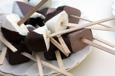 Hot Chocolate on a Stick Yield: 10 cubes of hot chocolate (ice-cube-tray size) (use 1 oz. hot chocolate on a stick per every 1 cup milk or cream) Ingredients: 8 oz. chocolate 3 Tbsp cocoa, sifted Tbsp confectioner's sugar, sifted pinch of salt Fruit Recipes, Sweet Recipes, Dessert Recipes, Just Desserts, Delicious Desserts, Yummy Food, Cupcakes, Cake Pops, Yummy Treats