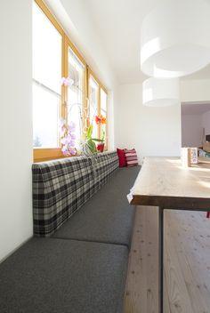 Fünf Meter lange Sitzbank - raumlang, tapeziert mit Lodenstoff