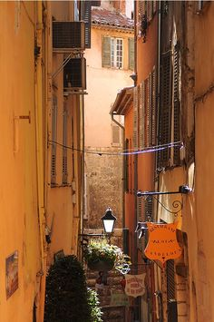   ♕   Narrow alley in Grasse, Provence   by Sigfrid López