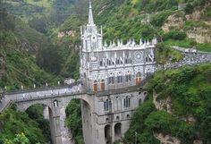 Las Lajas (Colombia). Caracteriza por su arquitectura medieval y por su estilo gótico que dispone de tres niveles. Para llegar al atrio la persona debe de cruzar un puente sobre el río que tiene ángeles custodios. Desde este puente la persona puede percibir de manera frontal el santuario.