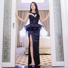 "One is never over-dressed or under-dressed with a little black dress. . This Reference black dress suits for any great events . . FORMAT ORDER 1. KIRIM GAMBAR (screenshoot) foto model baju yang dipesan. 2. KIRIM UKURAN BADAN ( lingkar dada lingkar lengan lingkar pinggang lingkar pantat panjang tangan panjang dress) 3. WARNA YANG DIINGINKAN 4. DATA PEMESAN (Nama Alamat No.Telp) Jika ingin menambah size ataupun payet maka ada tambahan harga . . Contact person : 1st Hand Dress Maker ""Kiky…"