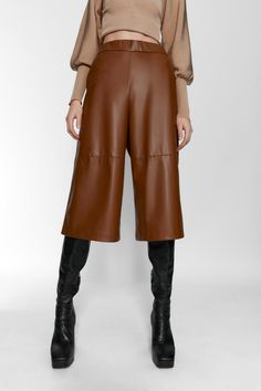 If you want to reinvigorate your wardrobe in 2020 without breaking the bank then shop our roundup of must have pieces to look chic this year. Brown Leather Pants, Leather Shorts, Leather Outfits, Short Cuir, Nye Outfits, Sweaters And Jeans, Flattering Dresses, Knit Skirt, Legs