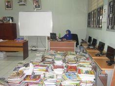 Perpustakaan , ada Ibu Hj Hamilah