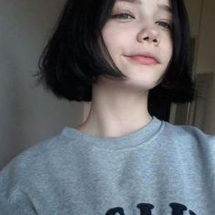 Well people always ask why I don't smile in pictures It's because my smile is really awkward so I try to disguise it but it ends up looking even more awkward :^) Aesthetic Hair, Aesthetic People, Aesthetic Black, Hair Inspo, Hair Inspiration, Short Grunge Hair, Actrices Sexy, Girl Short Hair, Brown Hair Colors