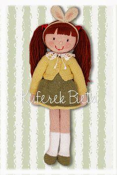 Karla - lalka wykonana na szydełku. Lalka ubrana jest w sukienkę i sweterek wykonane na drutach. Włosy lalki upięte są w kucyki.  Wysokoś...