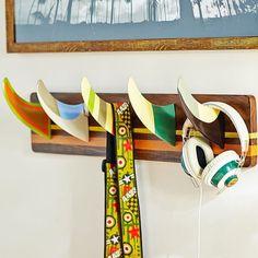 Surf Fin Hook. Cute way to organize an entry way/mud room. Surf Decor, Decoration Surf, Wall Decor, Wall Mural, Surf Bedroom, Surf Theme Bedrooms, Bedroom Decor, Surfboard Art, Surfboard Table