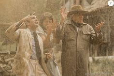 Com jorro de lama, Pandolfo (Marco Nanini) faz análise e declara que não há petróleo na fazenda, em cena da novela 'Êta Mundo Bom!' prevista para 1 de agosto de 2016
