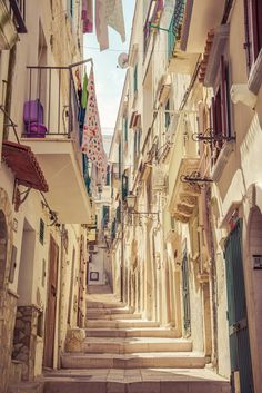 Walking through the charming village of Vieste in Italy!
