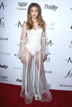 Gigi Hadid auf dem Roten Teppich der Daily Front Row Fashion LA Awards in einem Kleid von Yanina Couture