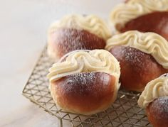 best=Japanese Milk Bread Rolls Dutch Style Vanilla Buns Passion 4 baking GET INSPIRED , from the ever-popular high-low prom dresses, to fun and flirty short prom dresses and elegant long prom gowns. Donut Recipes, Dessert Recipes, Desserts, Japanese Milk Bread, Japanese Sweets, Cream Bun, Milk Bun, Dough Ingredients, Homemade Donuts