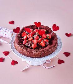 Daim-mutakakku   Meillä kotona Little's Coffee, Sweet Pastries, Piece Of Cakes, No Bake Desserts, Let Them Eat Cake, Food Inspiration, Sweet Tooth, Raspberry, Cheesecake