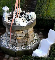 Il #pozzo dei #desideri. #Bianco #matrimonio. #lanterne #petali #giardino #nastri #wedding #white www.castellodegliangeli.com