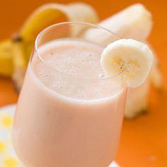 jus d'orange, yogourt framboise, ananas broyés et banane Jus D'orange, Glass Of Milk, Panna Cotta, Bullet, Recipies, Pudding, Ethnic Recipes, Desserts, Food