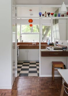 My Modern House: Nikki and Mike Dibley show us around their Span flat in Blackheath Interior Exterior, Kitchen Interior, Interior Architecture, Interior Design, Küchen Design, House Design, 1960s House, Apartment Design, Home Kitchens