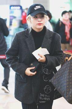 "HYPER TWIST on Twitter: ""181103 #슬기 #SEULGI 💫 차가운 날씨에 따뜻한 슬기 ʕ·ᴥ· ʔ #강슬기 #KANGSEULGI #레드벨벳 #REDVELVET… "" Fashion Idol, Kpop Fashion, Girl Fashion, Womens Fashion, Airport Fashion, Korean Fashion Ulzzang, Red Velvet Seulgi, Cold Weather Fashion, Velvet Fashion"