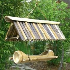 A great idea using bamboo to make a bird feeder 🐦 Bird House Feeder, Diy Bird Feeder, Bamboo Art, Bamboo Crafts, Bamboo House, Bamboo Garden, Garden Projects, Wood Projects, Bamboo Architecture