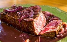 Essa carna ao molho de vinho tinto é o prato perfeito para aquele almoço de família!