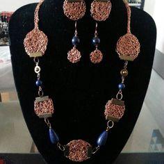 Collar tejido en hilo de cobre con piedras lapislázuli .
