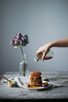glutenfree and vegan banana pancakes // all time favorite 2 bananen 50-100ml reismilch 100g reismehl 1 tl weinsteinbackpulver 1/4 tl lebkuchengewürz (oder einfach zimt) 1 prise salz kokosöl ahornsirup feigen oder andere früchte