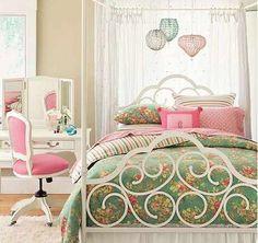[What a pretty bedframe! I like the pendant lights, too.]   habitacion-juvenil-chica-dosel