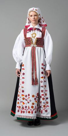 Just about all the different Norwegian national costumes in a row. This is the costume from Åmli. Folk Clothing, Historical Clothing, Folk Costume, Costume Dress, Norwegian Clothing, Costume Ethnique, Costumes Around The World, Ethnic Fashion, Traditional Dresses