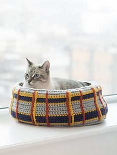 Crochet a Curl Up Kitty Cat Bed for your feline friend! Your cat will love having a cozy place to sleep, and you can make it in colors that complement your decor! Pattern calls for 11 balls of Hometown USA and a size mm) crochet hook. Gato Crochet, Crochet Cat Toys, Crochet Home, Crochet Animals, Crochet Crafts, Crochet Projects, Stitch Crochet, Knit Or Crochet, Free Crochet