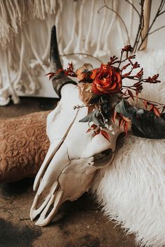 33 Southwestern Wedding Decor Ideas Elegant way to tie this skull in to the decor Cow Skull Decor, Cow Skull Art, Homemade Wedding Decorations, Country Wedding Decorations, Western Wedding Centerpieces, Western Table Decorations, Antler Wedding Decor, Stage Decorations, Wedding Themes