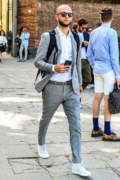 チェック柄スーツ コーデ メンズ特集!表情豊かな柄を活かした注目の着こなし&アイテムを紹介 | OTOKOMAE / 男前研究所 Light Grey Suits, Grey Suit Men, Light Blue Dress Shirt, Blue Long Sleeve Shirt, Mens Fashion Suits, Mens Suits, Men's Fashion, Lean Men, Bald Look