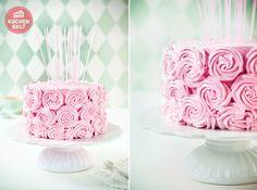Dann klickt mal rein! So sweet! Wir haben die ultimative Tortenverzierung im Rosendesign für eure Geburstagstorte!
