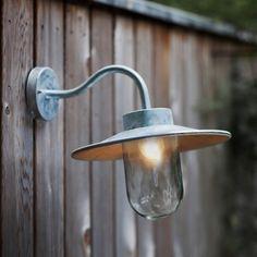 Mit dem eleganten Hals und der übergroßen Glasglocke ist die St. Ives Schwanenhals Lampe die perfekte Ergänzung zu jedem Außenbeleuchtungs-Bereich. Sie ist eine klassische Wandleuchte im Vintage-Style, bestehend aus wetterfestem...