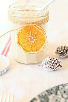 Sucre à l'orange fait maison, à offrir comme petit cadeau. Délicieux dans le thé ou les yaourts.