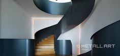 Gelungenes Design in Stahl und Holz für diese repräsentative Wendeltreppe mit dominanten Stahl-Brüstungswangen | MetallArt Metallbau Schmid GmbH
