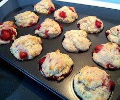Muffins savoureux aux fraises Top Recipes, Baby Food Recipes, Bread Recipes, Dessert Recipes, Muffin Bread, Baking Cupcakes, Rice Krispies, Coffee Cake, Healthy Desserts