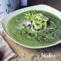 A tus preparaciones de sopa agrégales espaguettis de verduras preparado en SpiralCat! queda delicioso! Hummus, Chile, Pudding, Ethnic Recipes, Desserts, Food, Soups, Vegetables, Food Recipes