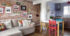 No apê da blogueira, estilo é o que não falta. Integradas, a sala e a cozinha exibem revestimentos que capturam o olhar. Móveis, almofadas, quadros e detalhes charmosos completam a atmosfera cheia de personalidade