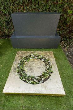Florale Meisterwerke | Floristmeisterschule Funeral, Wreaths, Stone, Outdoor Decor, Design, Headstone Ideas, Funeral Flowers, All Saints Day, Summer