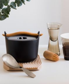 The Sarpaneva cast iron pot has a detachable wooden handle making it possible to lift the whole pot or only the lid without burning fingers. Sarpaneva pot can be used both on the stove and in the oven. Food cooks uniformly - and does not stick. Finnish design at its best.
