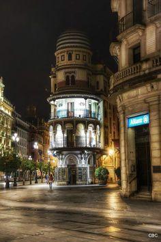 Buenos días, #Sevillahoy el edificio La Adriática de Espiau y Muñoz, uno de los arquitectos regionalista de principios del siglo XX | #Tapas...