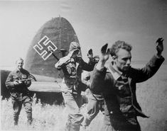 Photo: Crew of German bomber surrenders to the Red Army soldiers Ww2 History, Modern History, Military History, Luftwaffe, Aircraft Painting, Akashic Records, War Photography, Military Photos, Army Soldier