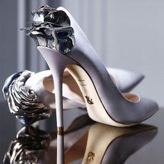 I am absolutely NOT a high-heels-wearer, but... #evatornadoblog #iloveit…