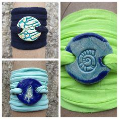 Armbänder für Burschen aus Keramik, mit weichem Textilband...von KreativesbyPetra      #keramik #ceramic #ton #töpfern #töpferei #plattentechnik #Glasur #glaze #glasurbrand #glazebrand #botz #schmuck #jewellery #Anhänger #pendant #schmuckanhänger #jewelrypendant  #keramikanhänger #Unikat #handmade #handgemacht #Kunsthandwerk #Handwerk #DIY #geschenk #present #Meer #ocean #fisch #fish #burschen #jungs #buben #boys #textilband #schmuckband #jewelrybelt #geschenk #Muschel #rakete #rocket #shell Seashells, Arts And Crafts, Creative, Kids, Diy Presents, Clay