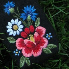 Image Search bump the embroidery result Hungarian Embroidery, Folk Embroidery, Silk Ribbon Embroidery, Vintage Embroidery, Floral Embroidery, Cross Stitch Embroidery, Border Embroidery Designs, Applique Patterns, Wool Quilts