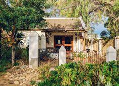 The Cottage is 'n pragtige en gerieflike erfeniskothuis in die historiese dorpie Prins Albert. The Cottage is 'n oorspronklike plaashuis wat in 1852 gebou is en naby 'n hele rits winkels en restaurante geleë is. The Cottage bied 'n rustige atmosfeer in 'n groot tuin vol vrugtebome en voëls. Die tuin word met die hoofplaashuis gedeel, maar gaste het steeds privaatheid.