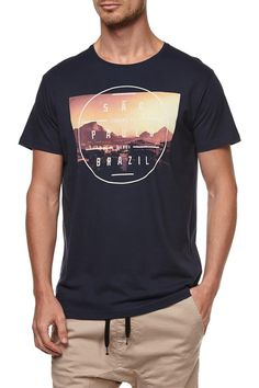 The Graphic tee 4 is a classic fit printed tee. Composition: 100% cotton. Model wears size M.