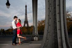 Photo de couple romantique à Paris, pont Bir Hakeim, avec vue sur la Tour Eiffel. Instants Photos : Photographe de mariage, bébé et enfant, couple, famille, portrait dans les Yvelines - 78, Paris 75, les Hauts de Seine 92. Site web: www.instants-photos.com