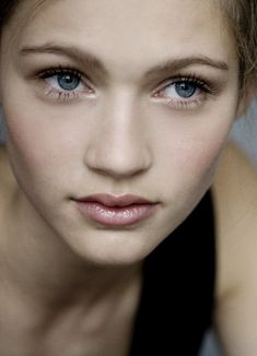 Lovely and subtle makeup for blue eyes