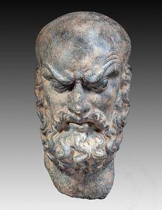 Tête d'homme chauve et barbu fronçant les sourcils et aux yeux globuleux. En schiste. H : 28 cm. GANDHARA (Ier – Vème siècle)