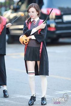 Costumes Harry Potter Twice's Nayeon arrives at Music Bank in Harry Potter cosplay. / Source: Studio-G - Harry Potter Uniform, Harry Potter Groups, Harry Potter Cosplay, Harry Potter Hermione, Harry Potter Girl Costume, Hogwarts, Harry Potter Halloween Costumes, Fantasias Halloween, Nayeon Twice