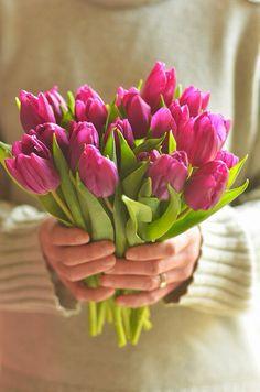 """Bom diaaa! """"A cada dia que vivo, mais me convenço de que o desperdício da vida está no amor que não damos, nas forças que não usamos, na prudência egoísta que nada arrisca e que, esquivando-nos do sofrimento, perdemos também a felicidade."""" - Carlos Drummond de Andrade - Tenha um dia maravilhoso!"""